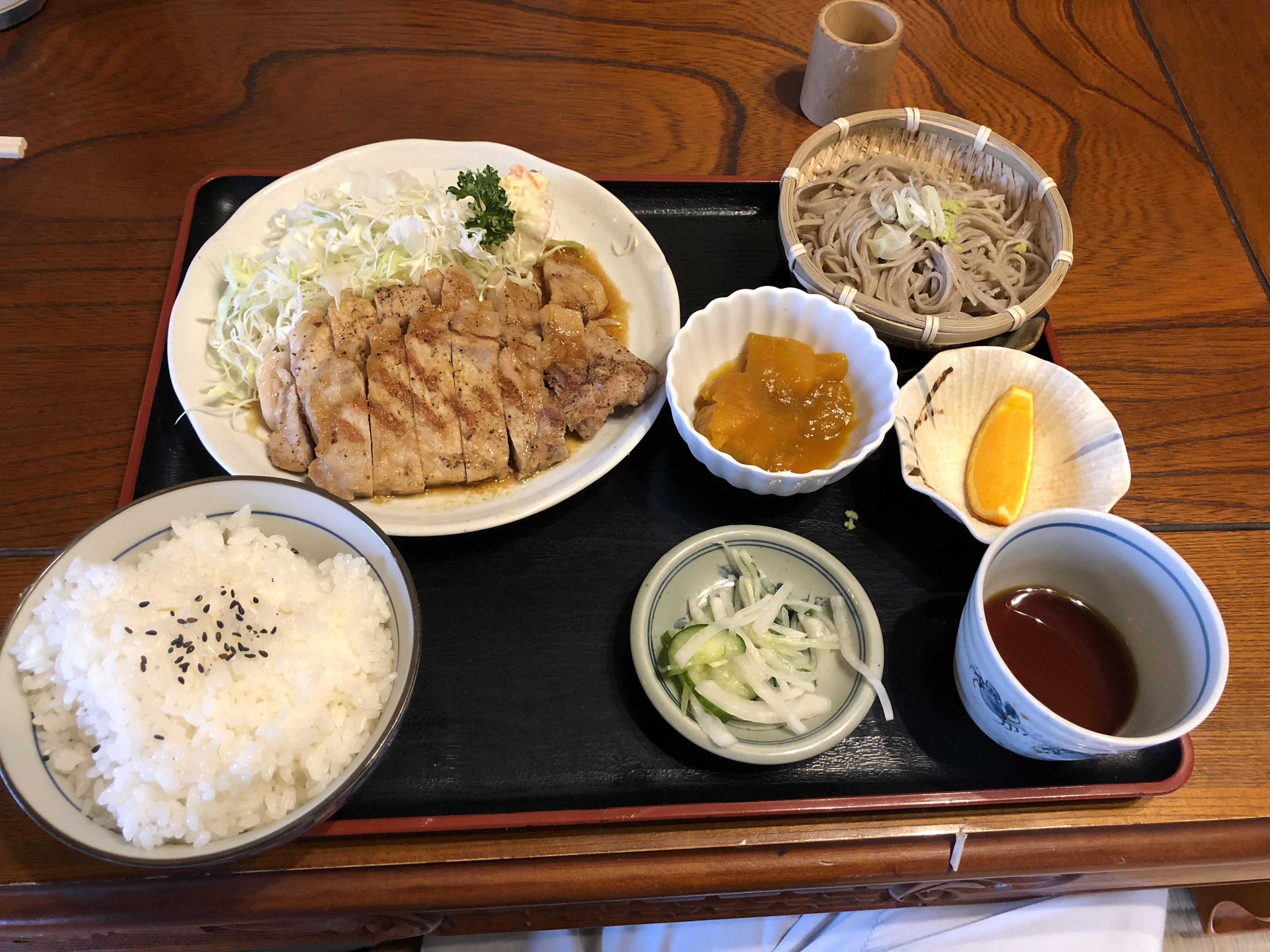 楡木駅から車で2分、労働者に愛されるガッツリ系定食が売りのお店力鶴で頂く焼き肉定食という名のポークソテー