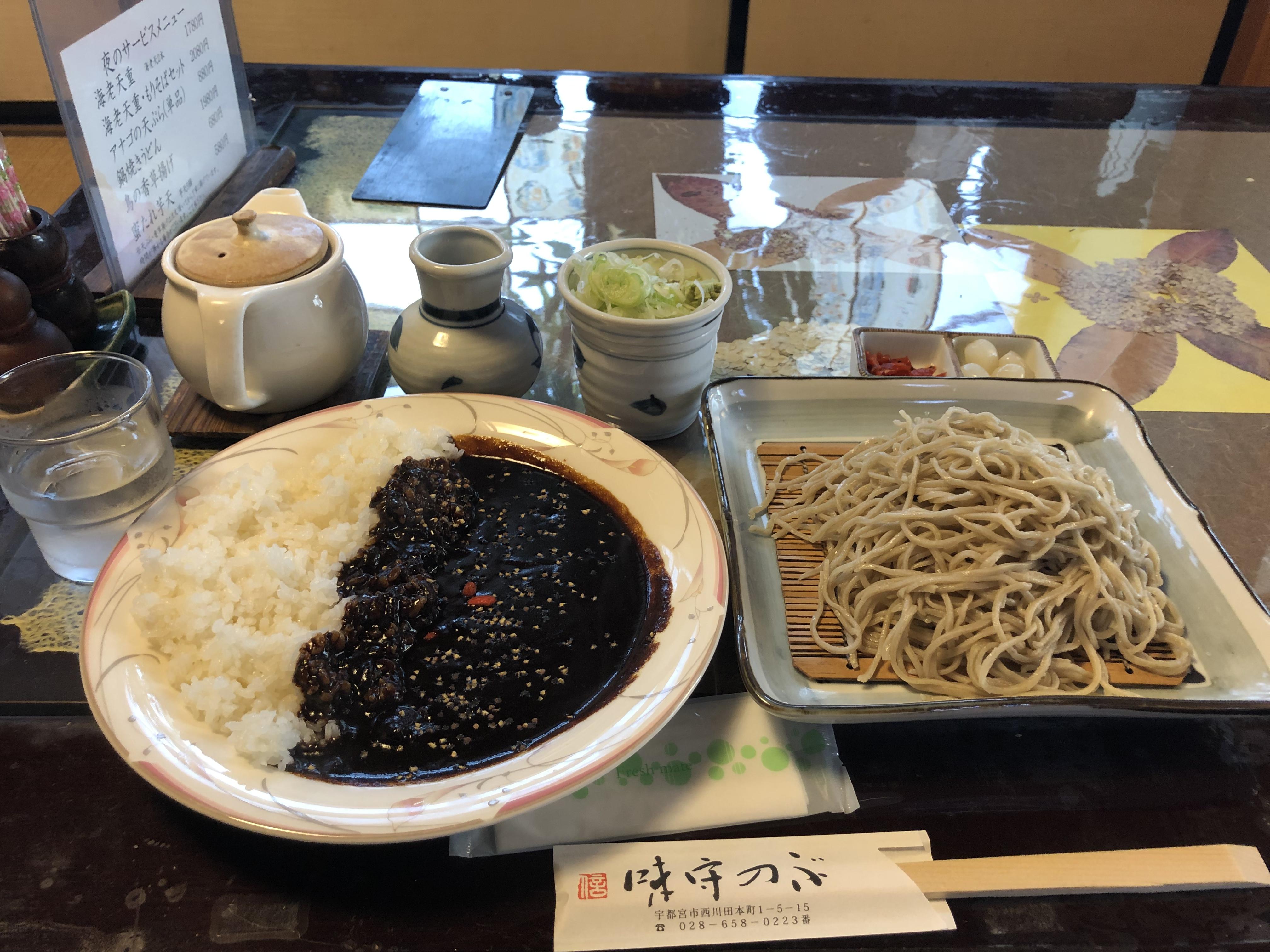 西川田駅から徒歩6分、味守のぶでいただくカレー蕎麦定食、胡椒香る黒カレーとお蕎麦はとにかく大ボリュームでお腹いっぱいに