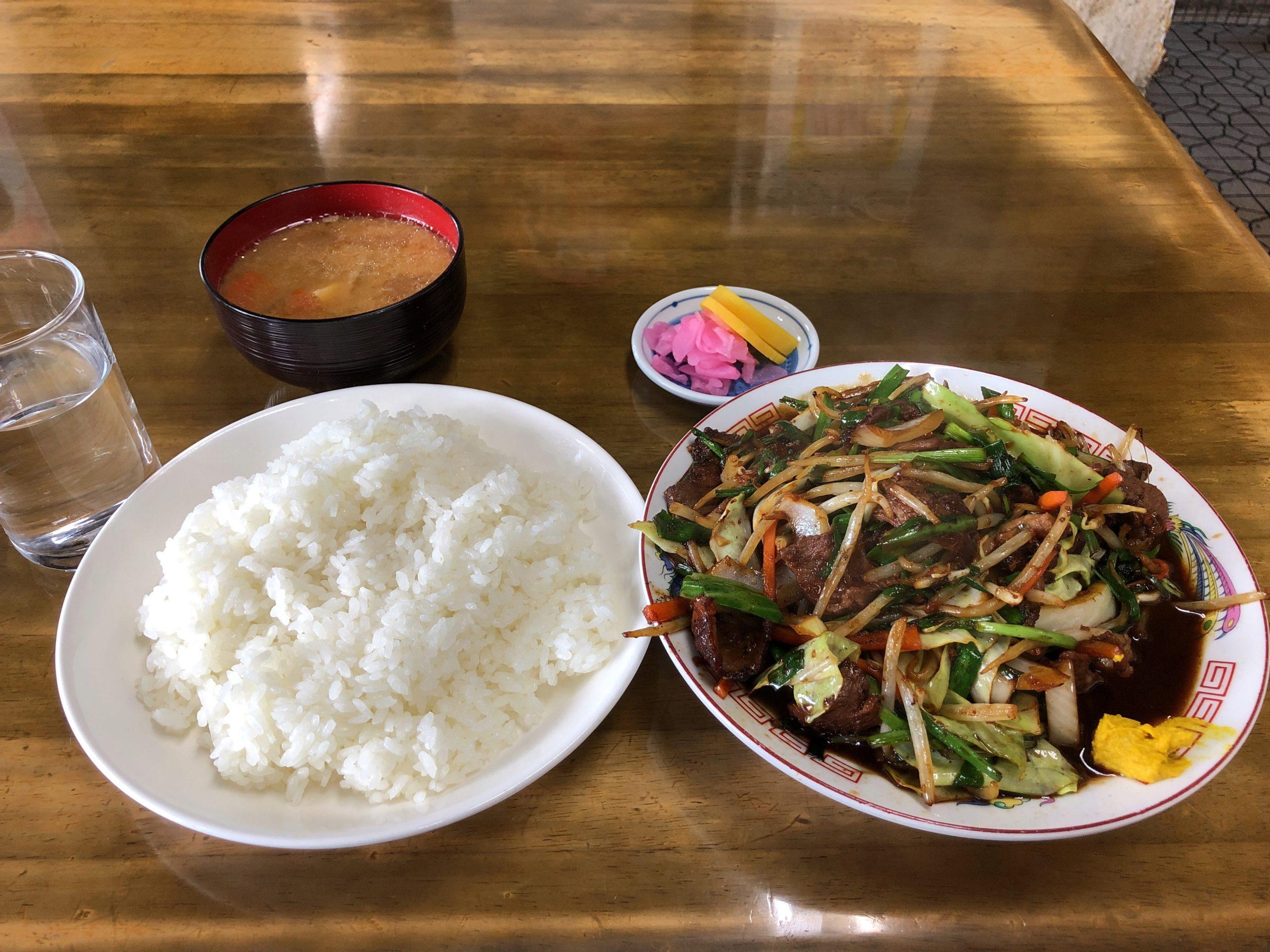 鹿沼インターから車で2分、デカ盛りメニューで有名な「さつき食堂」に初訪問、特盛ジンギスカン野菜炒めの驚愕な盛りにお腹一杯