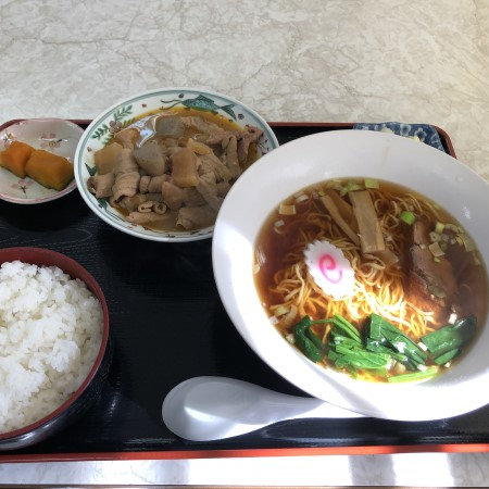 宇都宮平成通り沿い、激安ボリュームたっぷりの定食屋「若山食堂」でもつ定食を食べてみる コスパ◎、セットで付いてくるラーメンの量が凄かった