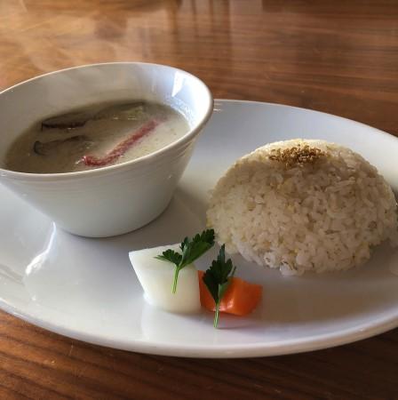 宇都宮市役所から徒歩1分、「マツガミネコーヒービルヂング」にてカフェランチ コクがあってクリーミー、絶品グリーンカレーを食べてきた
